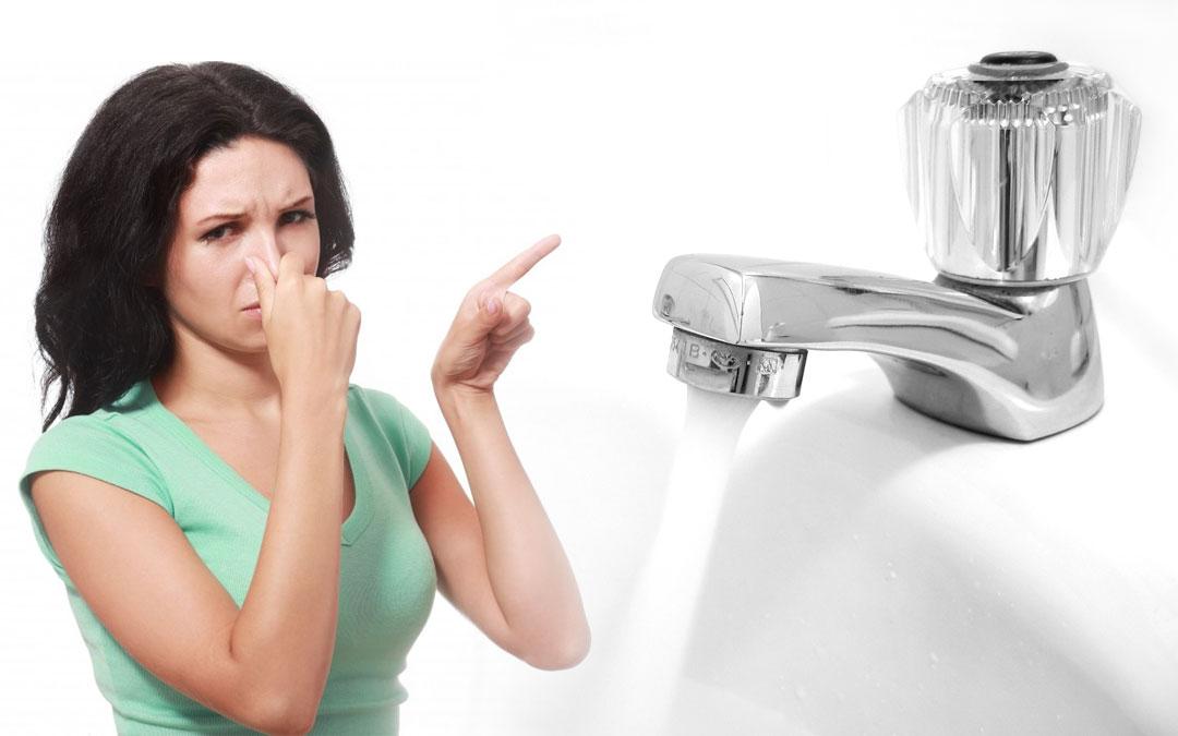 Jak usunąć nieprzyjemny zapach wody?