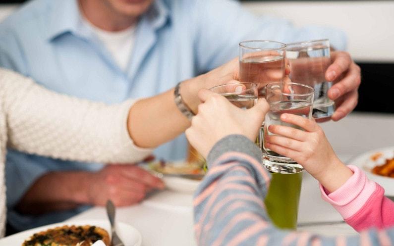 Jaka powinna być woda, którą spożywamy?