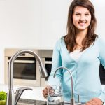 Dlaczego filtr kuchenny może być lepszy niż dzbanek filtrujący?