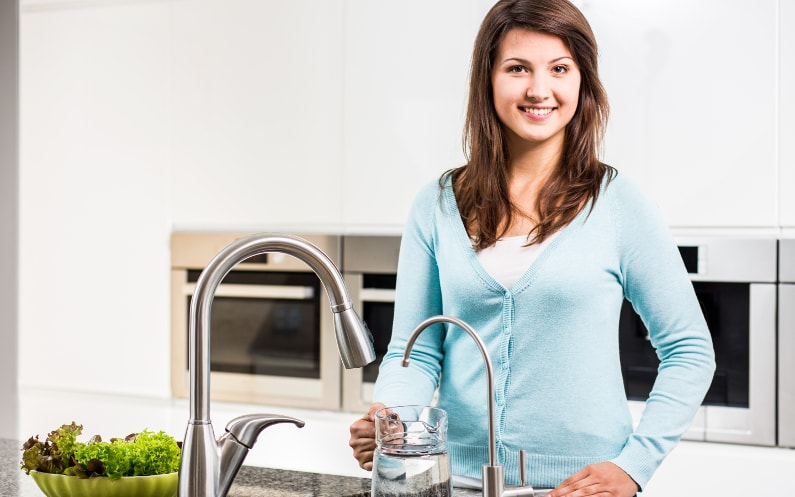 Dlaczego filtr kuchenny jest lepszy niż dzbanek filtrujący?