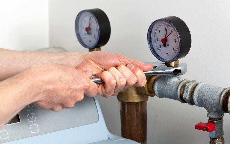 Instalacja zmiękczacza wody, a brak odpływu w piwnicy – co zrobić?