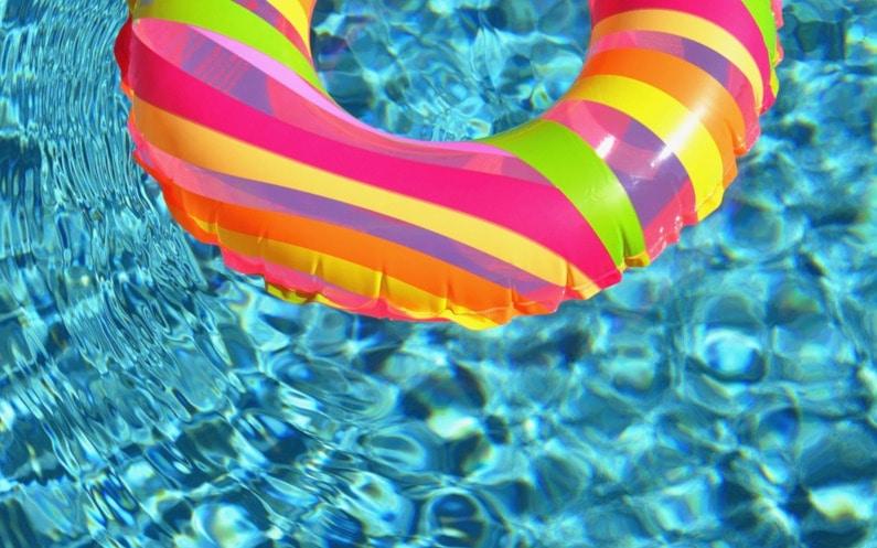 Czy witamina C oczyszcza wodę w basenie?