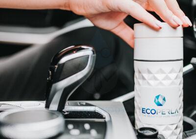 Butelka z trzciny cukrowej Ecoperla Ecobott w samochodzie